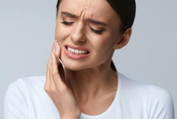 women with tooth pain